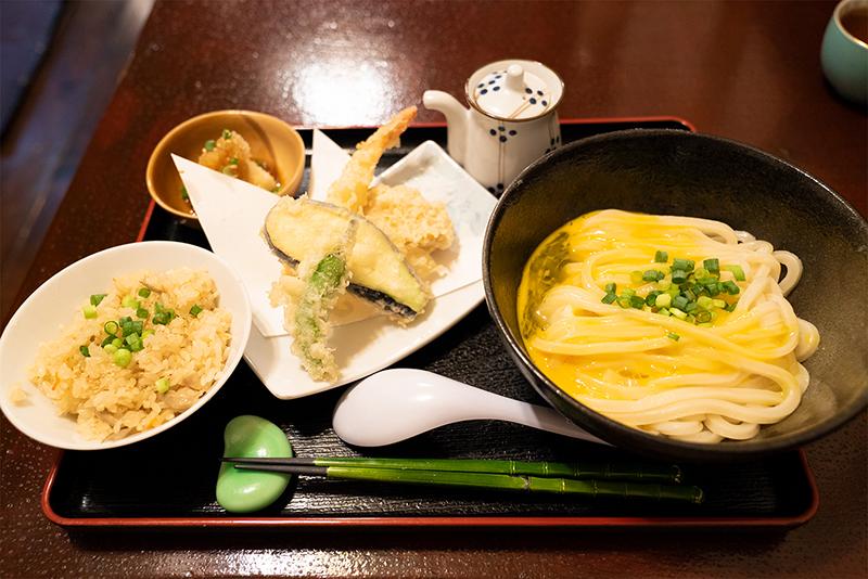 本格手打ちうどんあらた!!お昼の定食(かまたま)天ぷら盛合せ付 1,000円