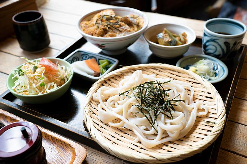 武州しこめん 豚のひれ勝丼と麺の組合せ