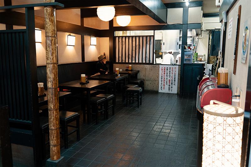 伊勢谷 本店 ショーケース イートインスペース 1階
