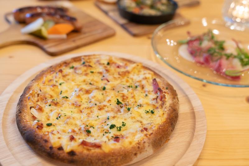 Cafe ENLARGE カフェ エンラージ フランスアルザス地方の白いピザ