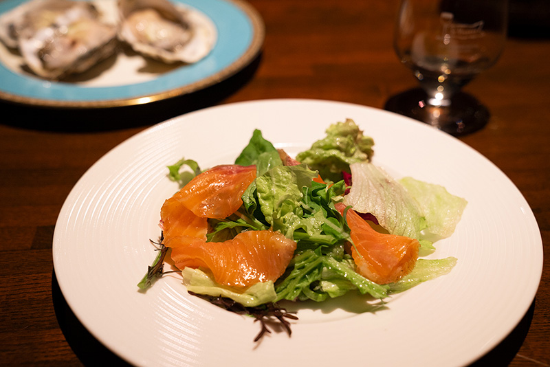 STVINCENTHACHIOJI サンヴァンサン八王子 シーン 自家製スモークサーモンのサラダ