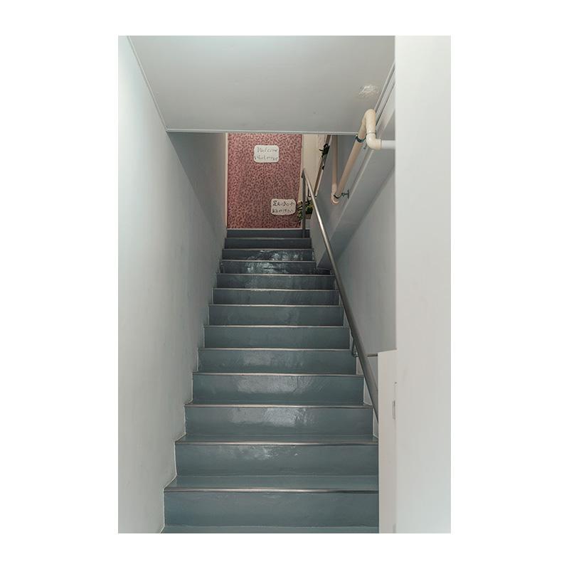 ポカラ食堂 入口 階段